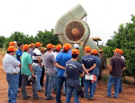 Fundecitrus reúne 70 pessoas em evento sobre economia na pulverização, em Estrela d'Oeste
