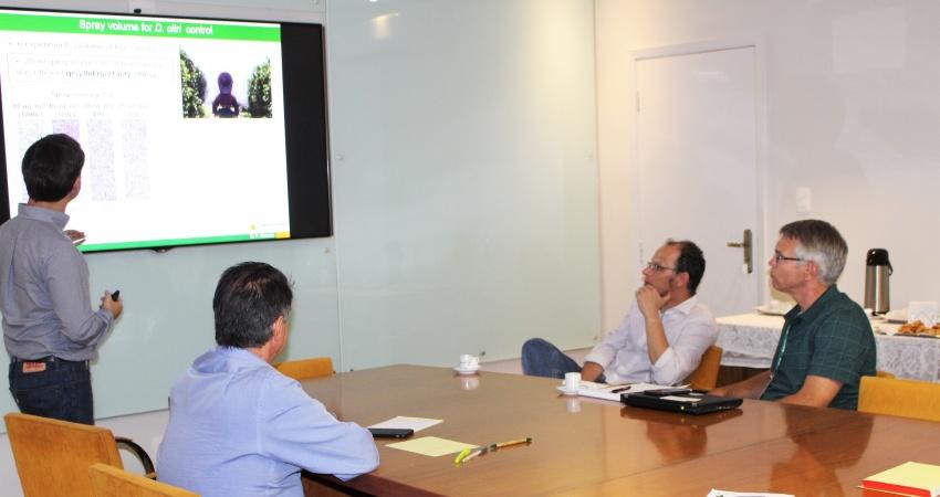 Representante da Coca-Cola visita o Fundecitrus para conhecer pesquisas sobre o manejo  de HLB
