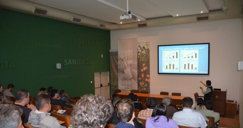 Fundecitrus capacita mais de 180 pessoas para controle de podridão floral