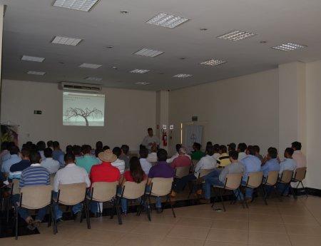 Fundecitrus reúne 50 pessoas em orientação sobre cancro cítrico, em Bebedouro