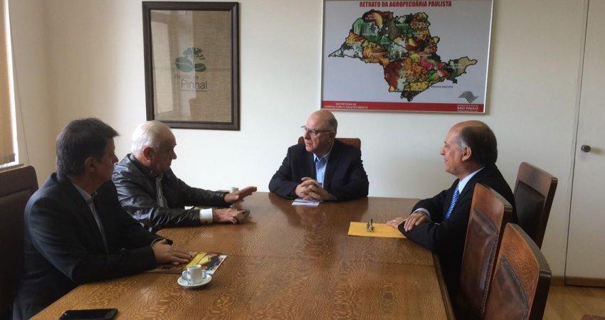 Presidente do Fundecitrus se reúne com Secretário de Agricultura para abordar o controle de HLB