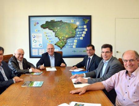 Reunião na Secretaria Estadual de Agricultura aborda cancro cítrico e pomar abandonado